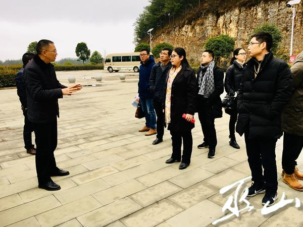 调研组实地了解建平乡乡村旅游发展情况。.jpg