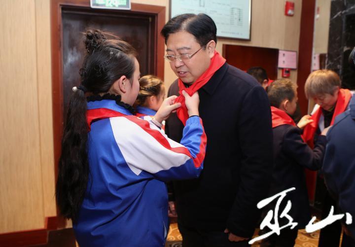 县委书记李春奎看望少先队代表。卢先庆摄.JPG