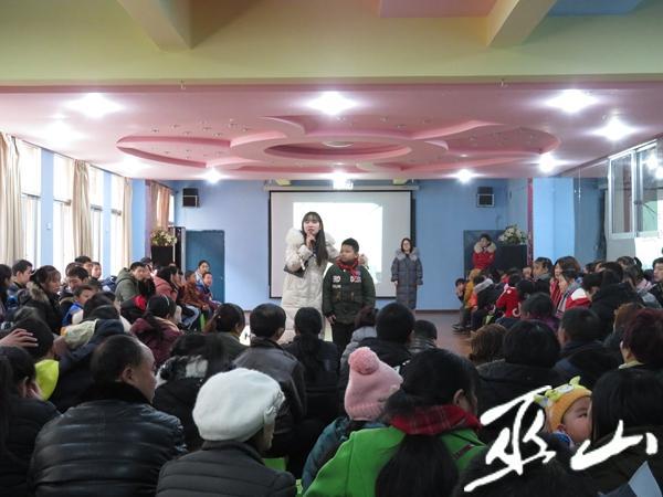 学校负责人介绍孩子表演。.JPG