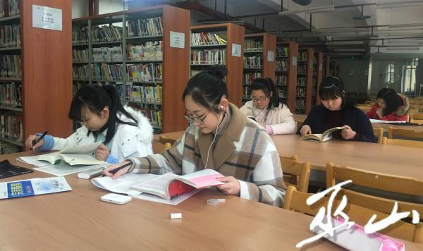 图为学生在图书馆阅读图书。(资料图).jpg