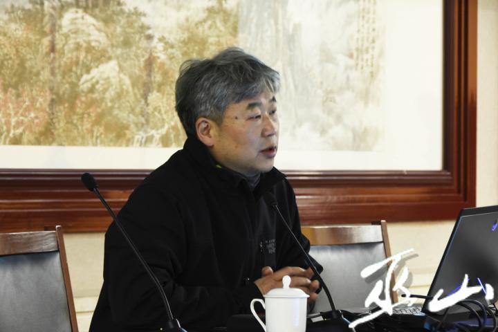 卢现艺正在讲座.JPG