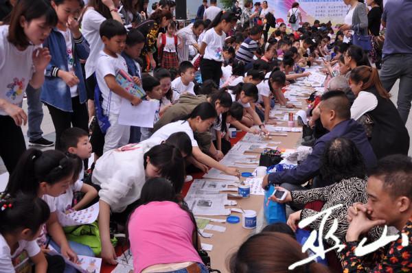 """博物馆开展亲子活动,孩子们正在进行""""剪纸长城""""创作。.JPG"""