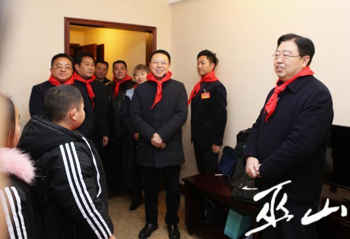 县领导看望参会少先队代表。卢先庆摄.JPG