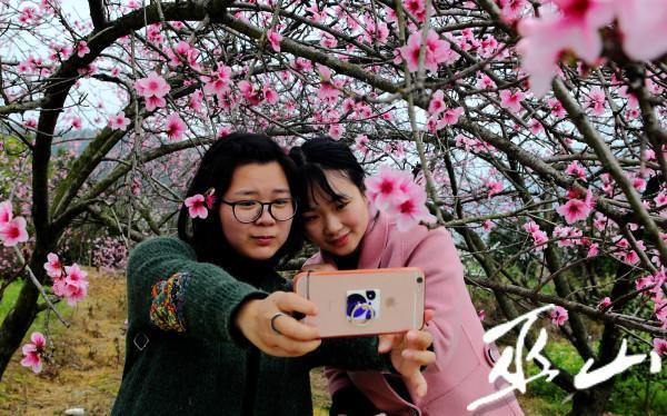 桃花丛中她在笑。卢先庆摄.JPG