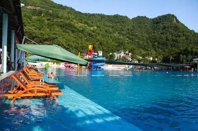 昨天下午七点多的时候,云阳县半秋山水上乐园一男子游泳溺水,抢救无效